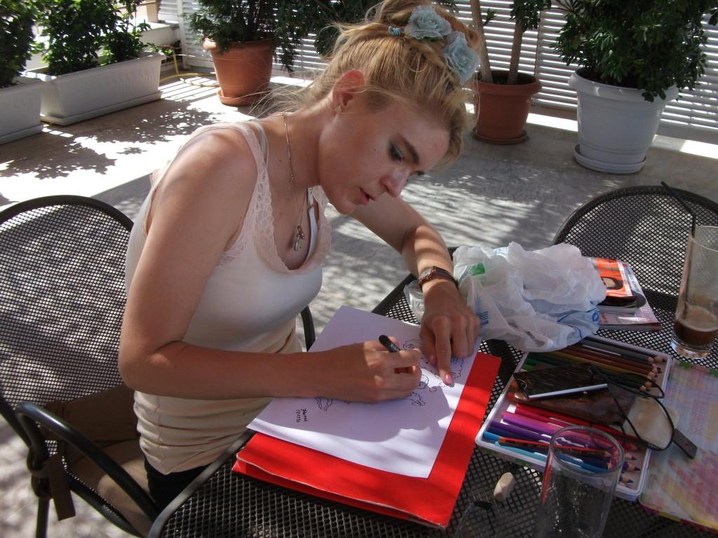 Hannah tecknar till bloggen
